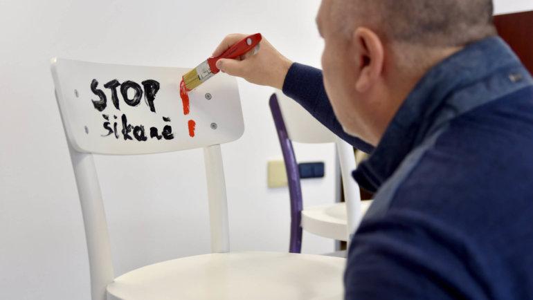 Malování židlí s Michalem Davidem a Vladimírem Šmicerem