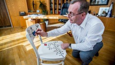 Malování židle s rektorem Univerzity Karlovy